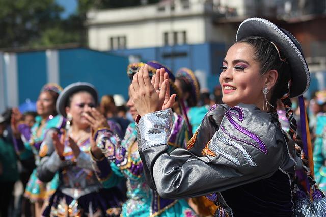 Peruaanse cultuur - vrouw die dans in klederdracht