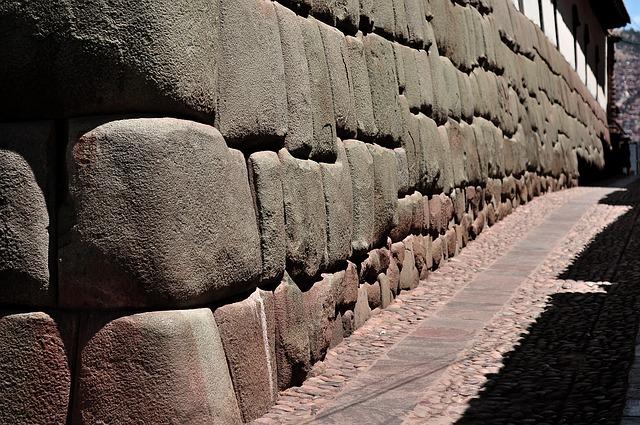 Muur uit de inca tijd in Cusco