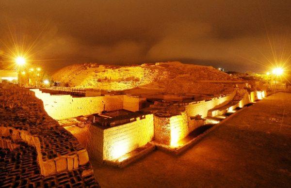 Huaca Pucllana verlicht