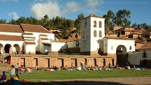 De buitenkant van de kerk van Chinchero