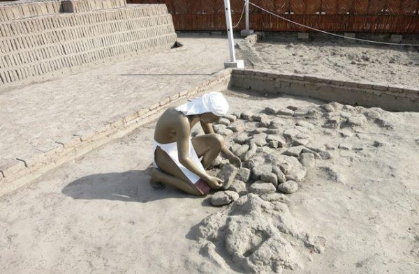 Pop aan het bouwen in huaca Pucllana